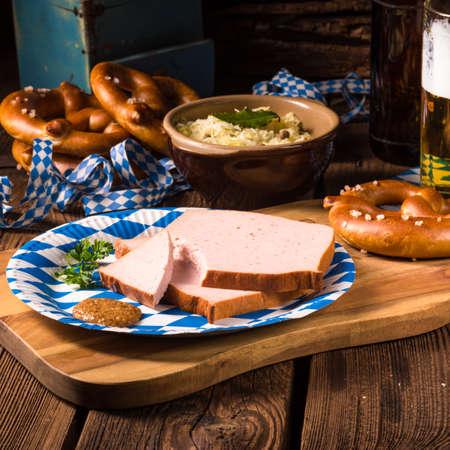 pastel de carne: pastel de carne de Baviera con mostaza dulce Foto de archivo
