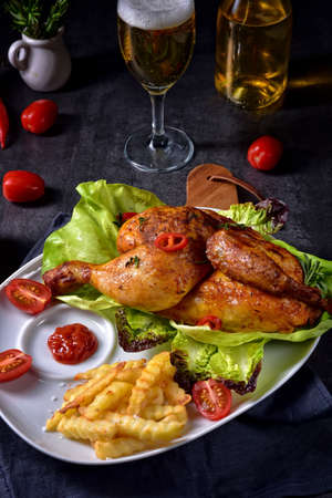 fried chicken with chips and salad Banque d'images