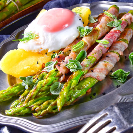 green asparagus from the grill with egg Archivio Fotografico