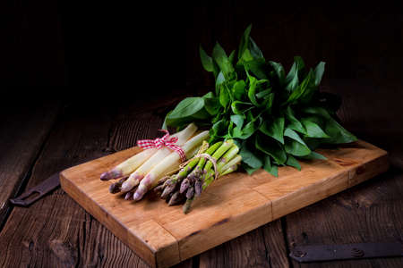 Bear's garlic with white and green asparagus Foto de archivo