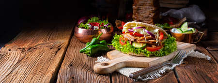 Crunchy pita with grilled gyros meat. Various vegetables and garlic sauce Stockfoto