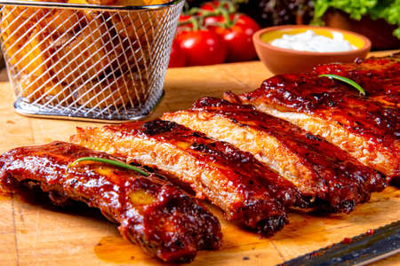 BBQ spare ribs from a charcoal grill Imagens