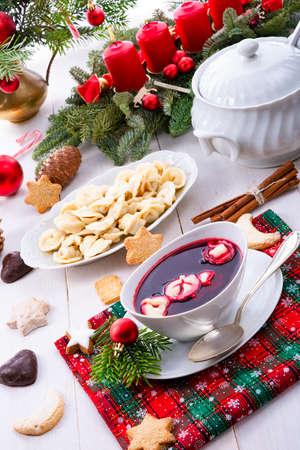 Red Barszcz mit Uszka eine polnische Weihnachtssuppe Standard-Bild