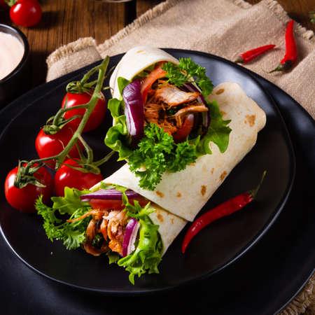 Tasty wraps filled with pulled pork and salad Zdjęcie Seryjne