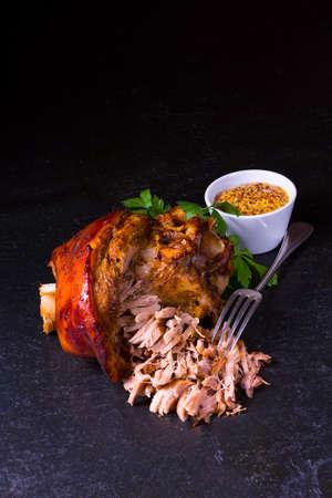 knusprig gebratene bayerische Schweinshaxe mit weichem Fleisch Standard-Bild