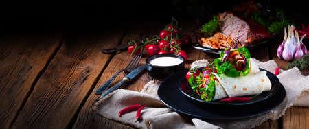 Deliciosos wraps rellenos de carne de cerdo desmenuzada y ensalada