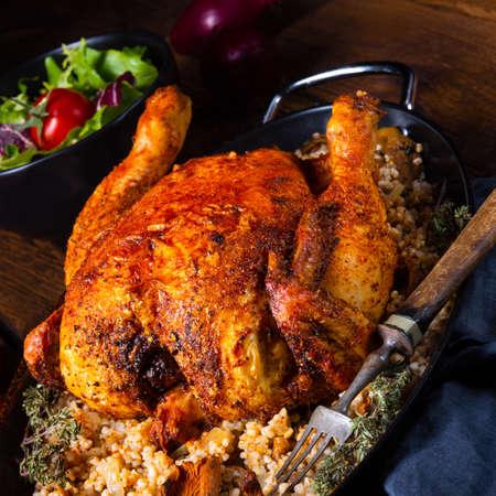 Pollo picante a la plancha con cereales de cebada y champiñones Foto de archivo