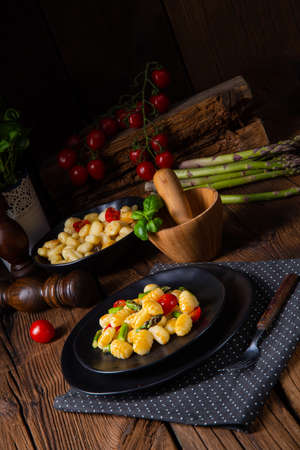 crispy gnocchi with roasted asparagus and tomatoes Stock fotó