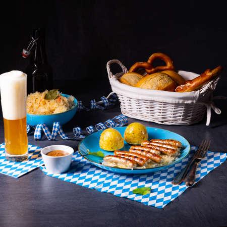 thuringian bratwurst with sauerkraut and dumplings Banque d'images