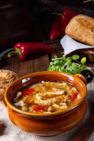 Zuppa rustica di trippa piccante con paprika rossa.