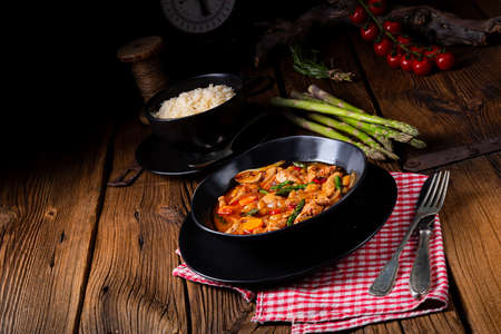 colorful turkey fricassee with asparagus and paprika Stok Fotoğraf - 129312934