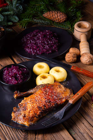 Roast goose with baked apples, red cabbage and dumplings Stok Fotoğraf - 129313041