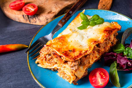 spicy lasagne with tomato sauce and basil Foto de archivo - 129789648
