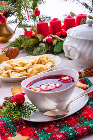 Barszcz (beetroot soup) with small pierogi Foto de archivo - 129789664