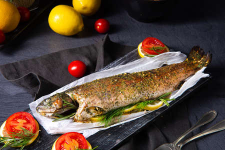 baked trout with herb filling and tomatoes Stockfoto - 130048220