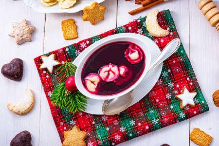 Barszcz (beetroot soup) with small pierogi Zdjęcie Seryjne