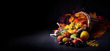 De mooie en herfstachtige hoorn des overvloeds
