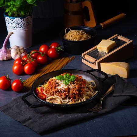 wholegrain spaghetti with tomato sauce and minced meat Фото со стока - 134115624