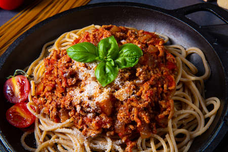 wholegrain spaghetti with tomato sauce and minced meat Фото со стока - 134116090