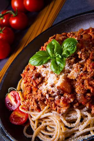 wholegrain spaghetti with tomato sauce and minced meat Фото со стока - 134116155