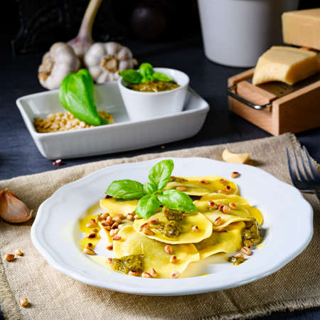 Vegetariano italiano! Tortelli con pinoli tostati e pesto di basilico Archivio Fotografico