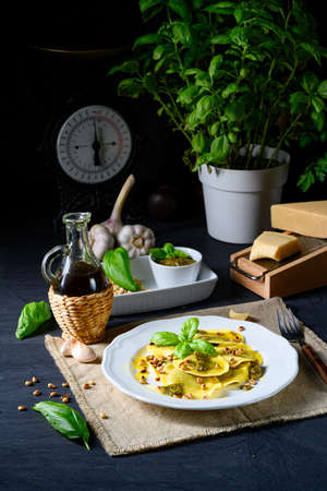 Vegetariano italiano! Tortelli con pinoli tostati e pesto di basilico