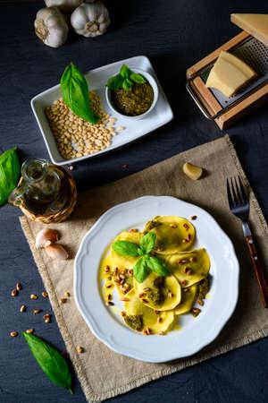 Vegetariano italiano! Tortelli with roasted pine nuts and pesto basilico Archivio Fotografico