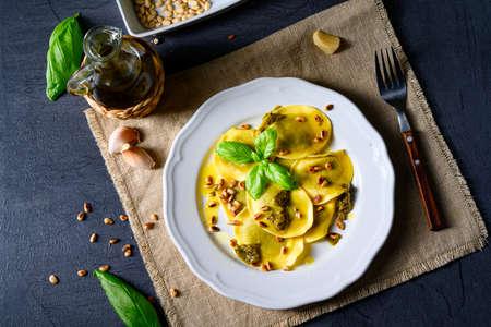 Vegetariano italiano Tortelli with roasted pine nuts and pesto basilico