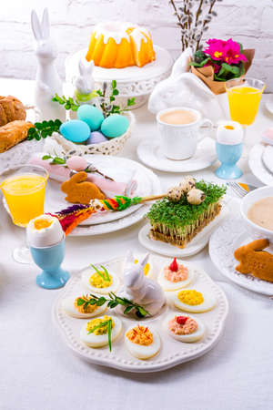 The perfect table with colorful table decorations for Easter