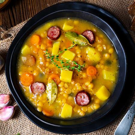 ベーコンとソーセージの素朴なエンドウ豆スープ 写真素材