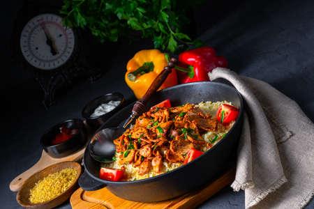rustic bulgur pans with gratinated gyros and yoghurt Zdjęcie Seryjne