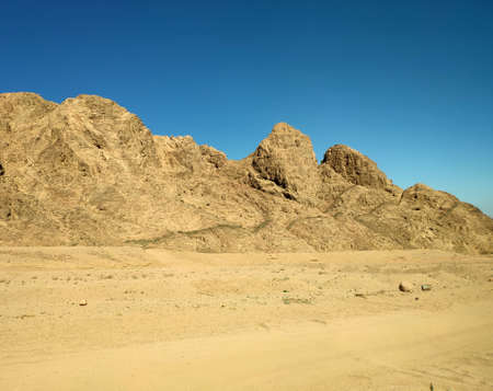 Sinai desert backgound with mountains, deserted landscape 免版税图像