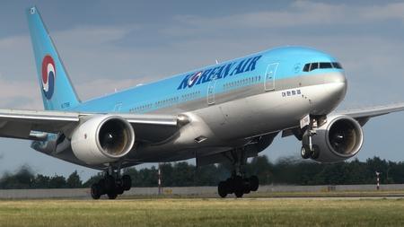 er: Plane B777-2B5 ER Korean Air landing at Airports Vaclav Havel in Prague