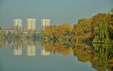 Zielone miasto Katowice - zabudowa i jezioro w Dolinie Trzech Stawów