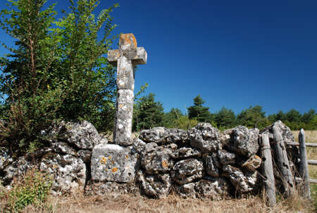kruzifix: Altes Kruzifix in der alten Steinmauer Lizenzfreie Bilder