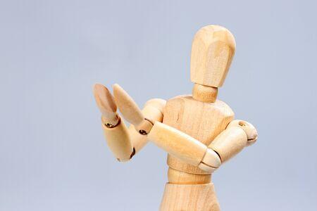 artists dummy: Wooden mannequin applauds