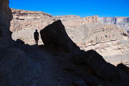 Hiker in the shadow,Jebel Shams,Al Hajar Mountains in Oman Imagens