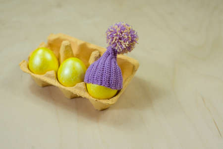 elasticidad: Fiesta de primavera cuando la familia se reúne para teñir huevos de diferentes colores.