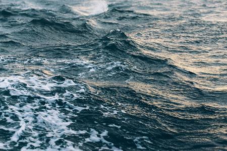 Wellen auf blauem Meerwasser, natürliches Meereshintergrundkonzept