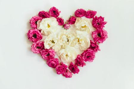 corazón de rosas rosadas y blancas sobre fondo blanco, corazón de la naturaleza