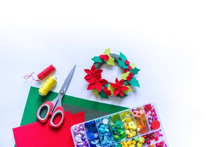 New Year felt wreath. Christmas decor. A toy made of cloth. Decorative ornaments and tools. Archivio Fotografico