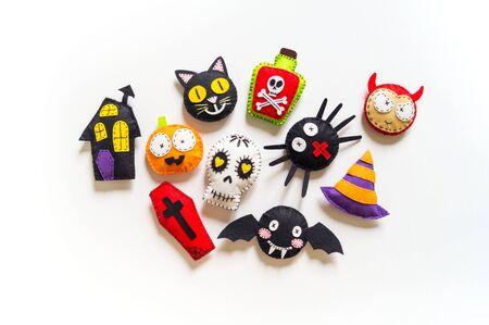 Werkstatt-Halloween-Dekor Filzspielzeug. Spider Bat Black Cat Devil Skull Skelett auf weißem Hintergrund. Feiertag halloween. Platz kopieren. Standard-Bild