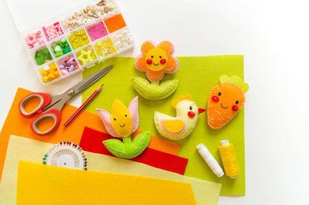 Hühnerblume und Filzkarotten. Basteln Sie Kinderkunst. Frühlingsferien Ostern hell. Wohnkultur. Standard-Bild