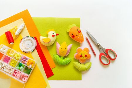Hühnerblume und Filzkarotten. Basteln Sie Kinderkunst. Frühlingsferien Ostern hell. Wohnkultur.