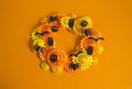 Orange garland made of paper. Bright birthday decor for the holiday. 版權商用圖片