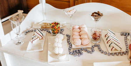 Candy bar at the banquet. Wedding table with sweets, cake, pastries, muffins, sugar treats. Event in the restaurant 版權商用圖片