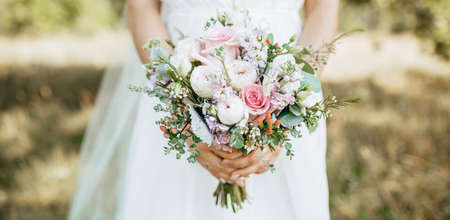 Bride holding wedding bouquet with white and pink flowers 版權商用圖片