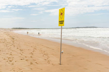 Dangerous current sign for swimmers at the beach in Australia Foto de archivo