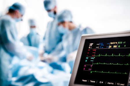 Monitorización del ECG y de la saturación de O2 en el paciente en el quirófano. Foto de archivo