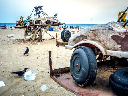 버려진 된 어린이 회전 목마는 쓰레기 가운데 해변에.